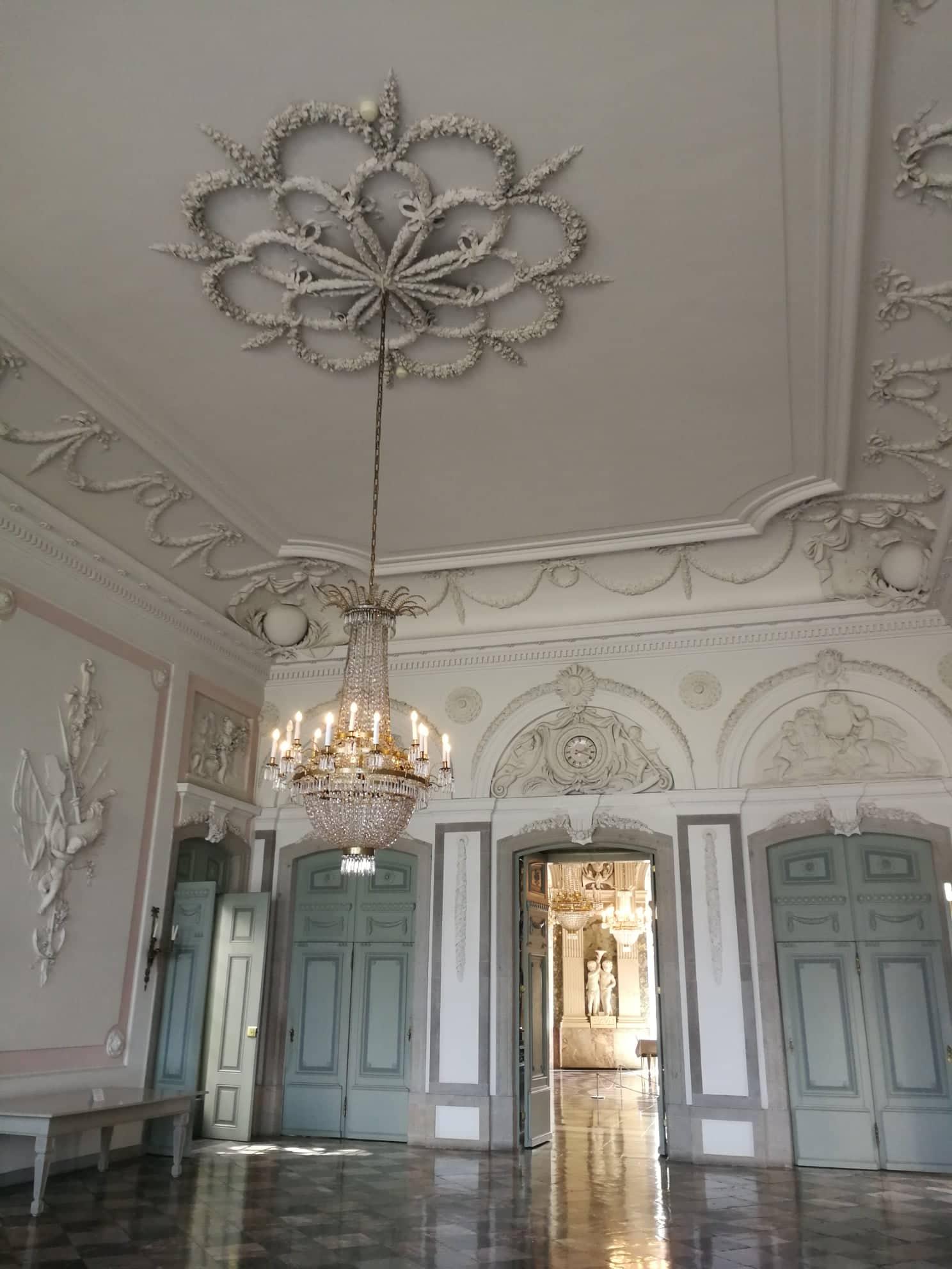 Salón a la entrada del palacio de Benrath.