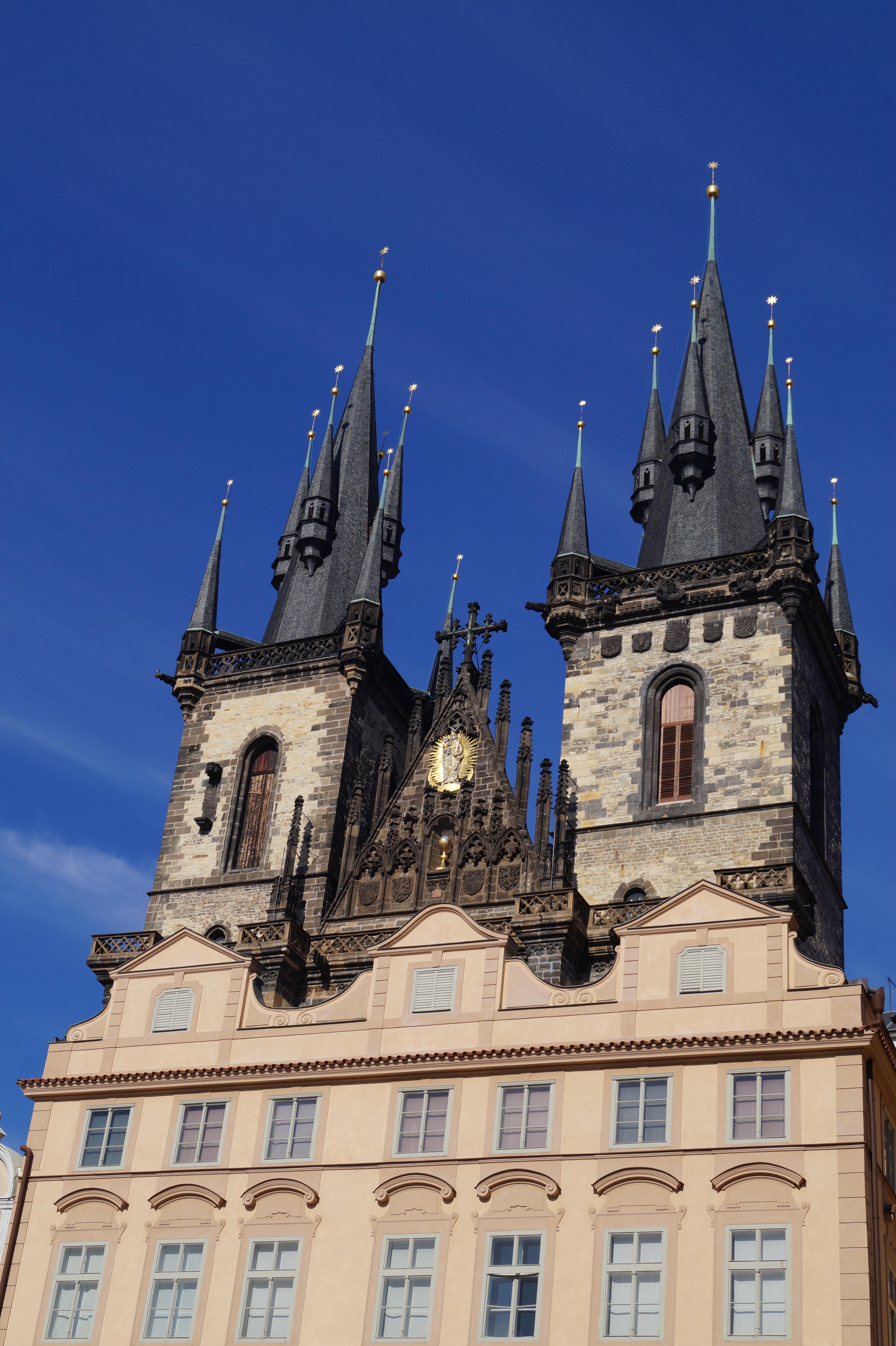 La Iglesia de Týn sobresale imponente por detrás de los edificios.