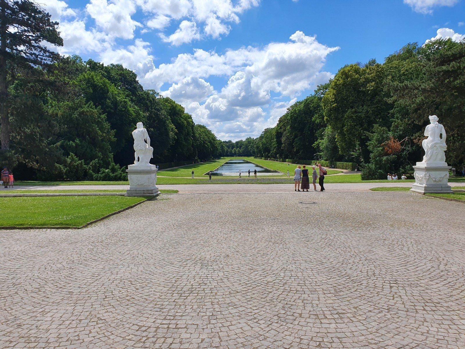 Vista del jardín de Benrath, con las estatuas griegas a ambos lados.