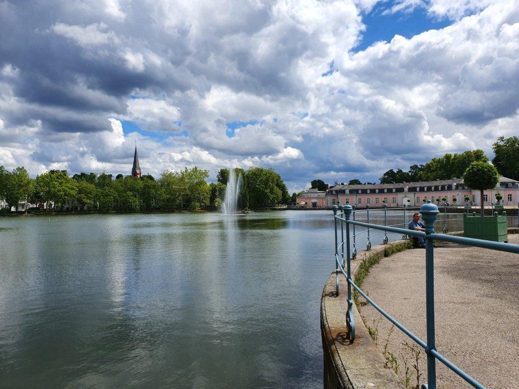 Fuente y estanque del Palacio de Benrath, visto desde el otro lado del estanque.