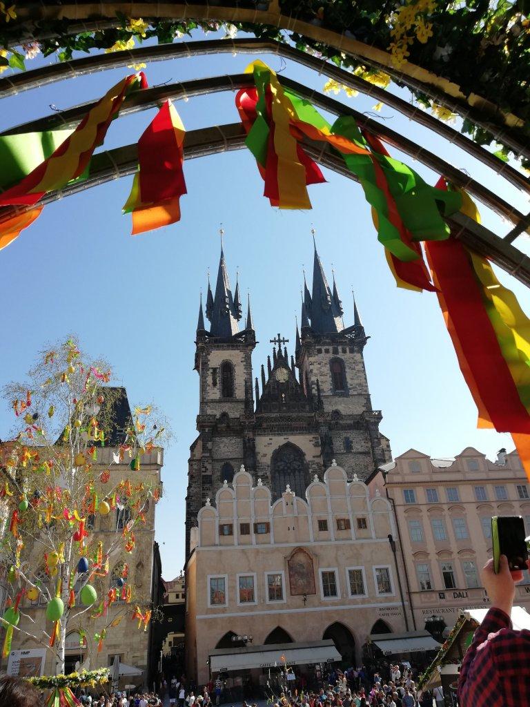 La plaza de la Ciudad Vieja estaba muy colorida, con todas esas cintas de colores, flores y huevos. La Iglesia de Týn se ve preciosa desde el arco de colores.