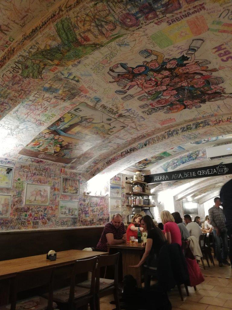 Las paredes del U Pivrnce están llenas de viñetas, caricaturas y firmas de las miles de personas que han pasado por allí.