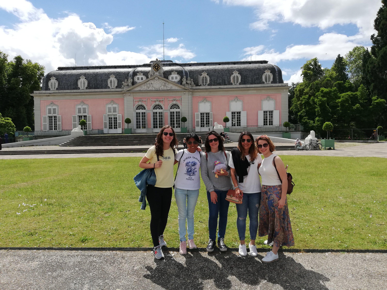 Cinco amigas frente al palacio de Benrath.