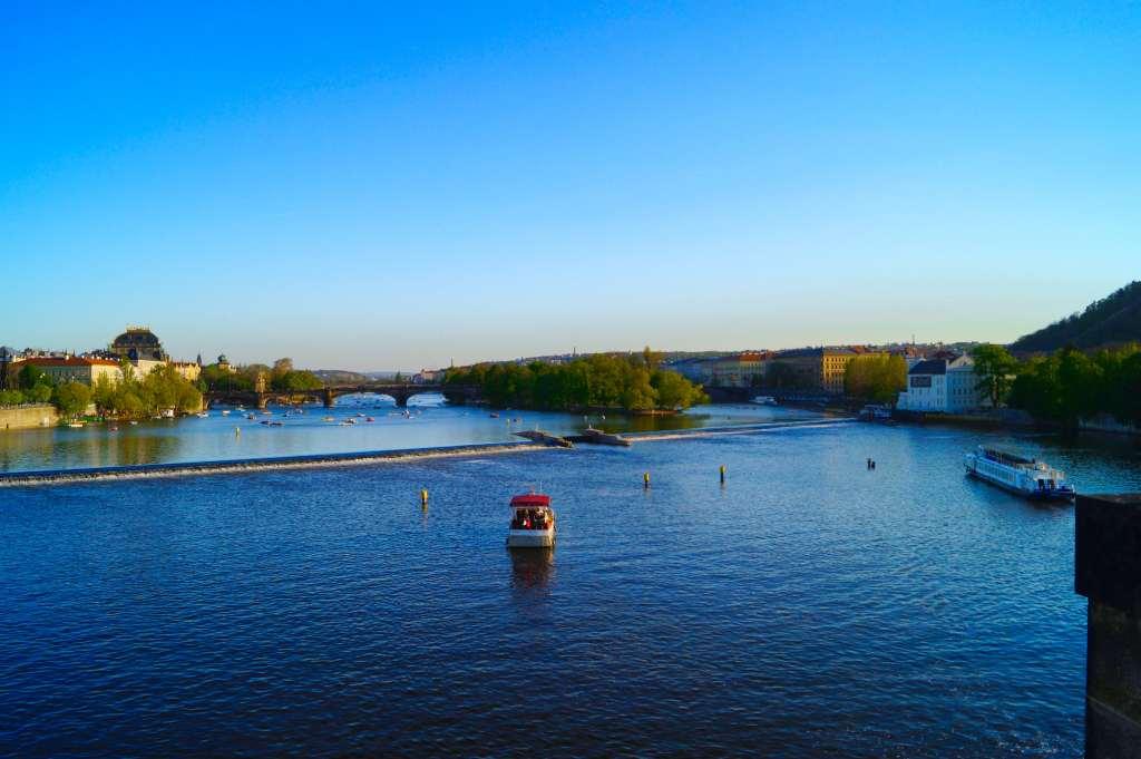 Río Moldava, visto desde el Puente Carlos.