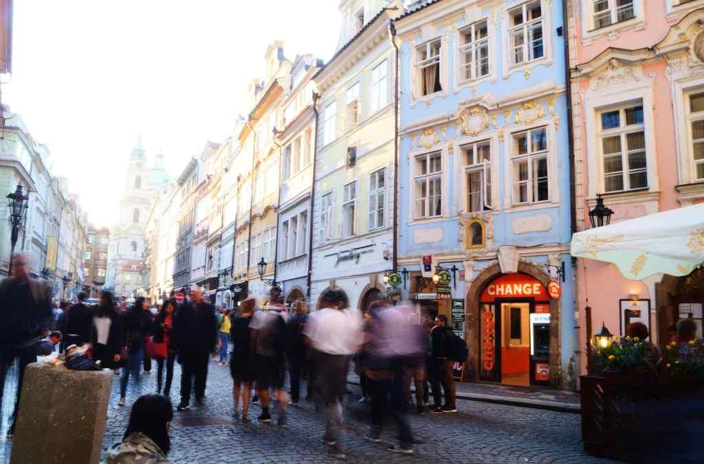 Barrio Mala Strana, con gente, y la Iglesia de San Nicolás al fondo.