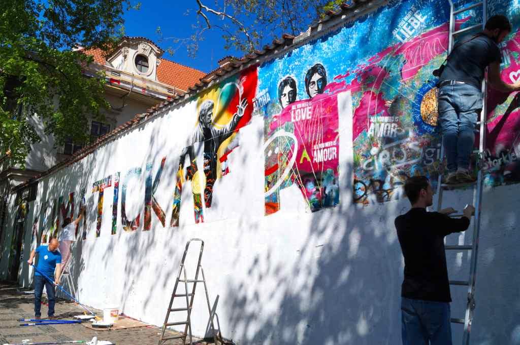 Muro de John Lennon, siendo pintado de blanco.