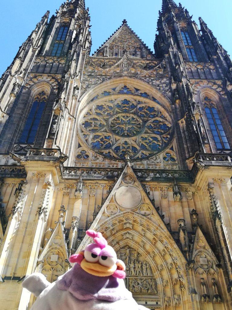 Henrietta frente a la Catedral de San Vito.